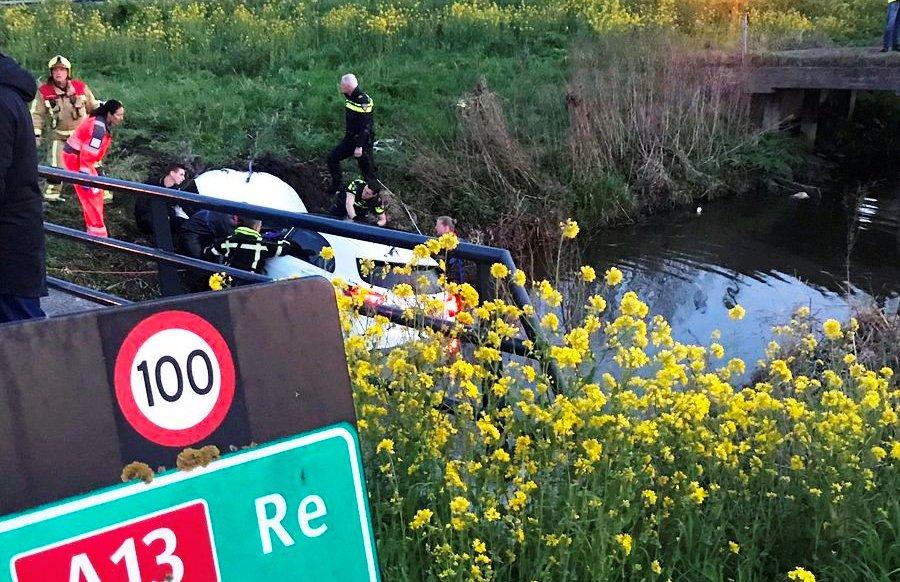 Twee gewonden na auto te water bij rijksweg A13