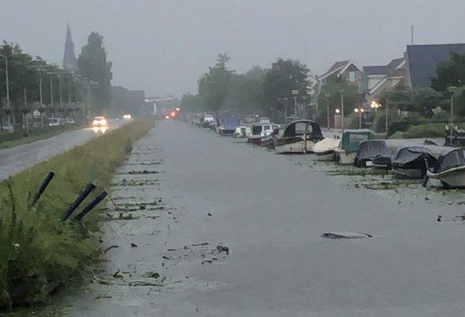 Auto te water Buitenwatersloot