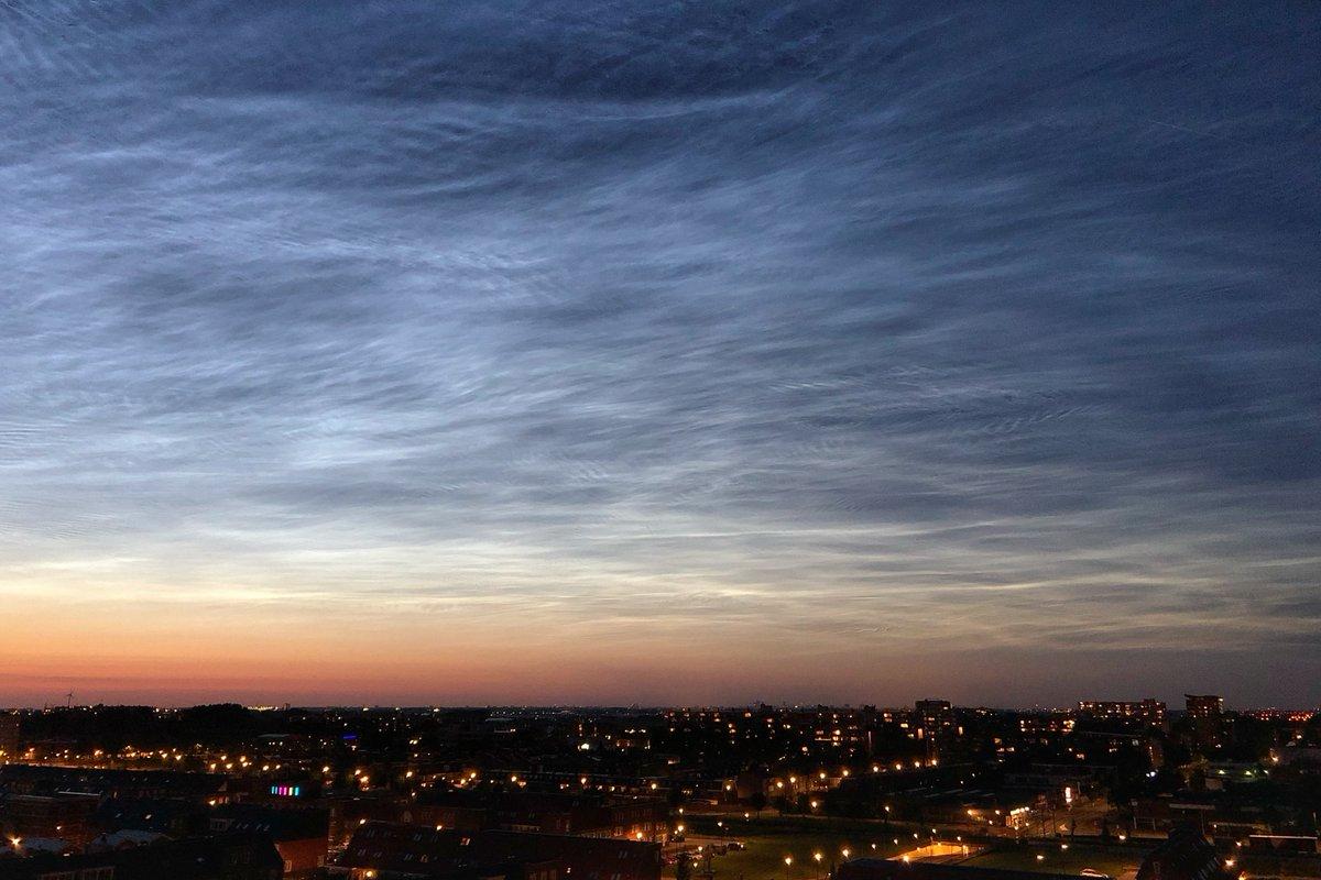 Lichtende nachtwolken in Zuid Holland