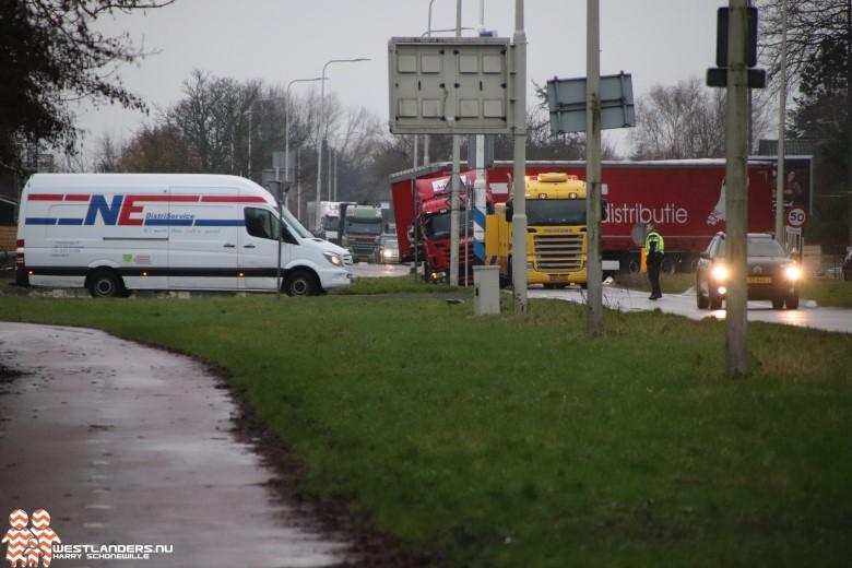 Vrachtwagen vast in berm Poeldijkseweg