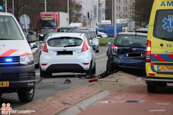 Twee personen naar ziekenhuis na ongeluk Poeldijkseweg