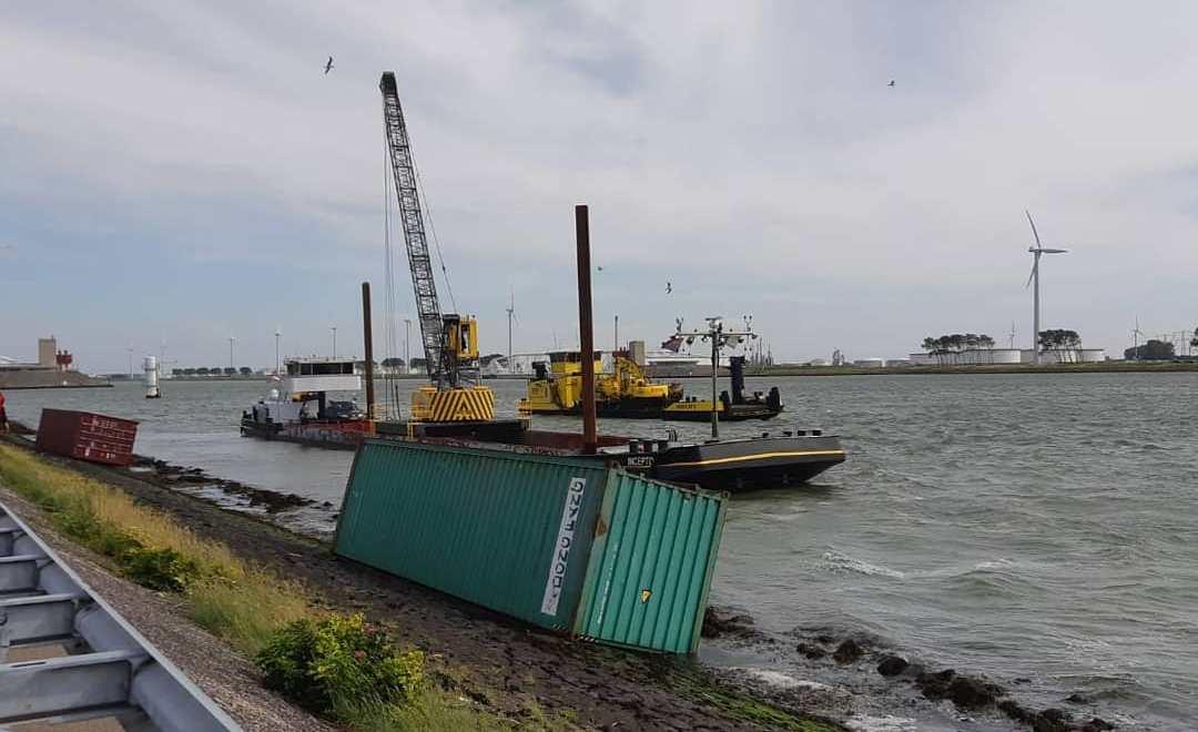 Zeecontainers in de Nieuwe Waterweg