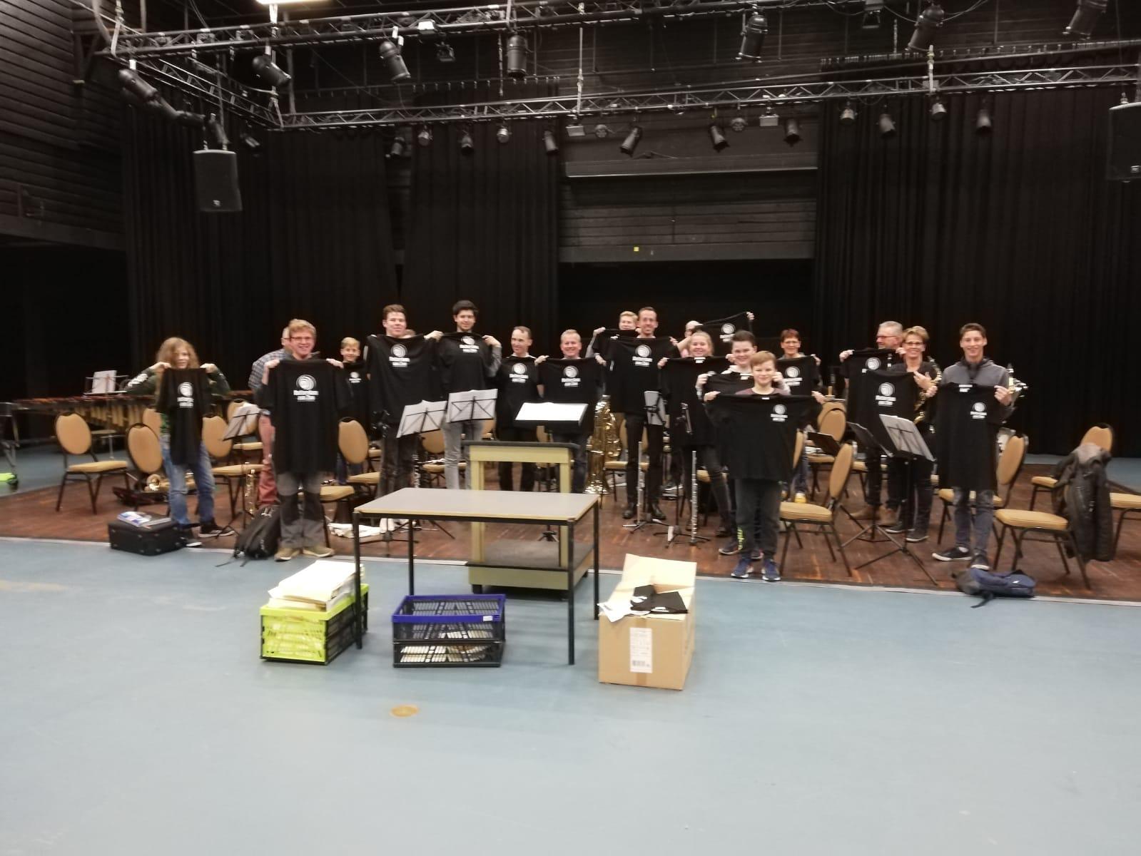 Kringloop Maasdijk doneert t-shirts aan jeugdorkest