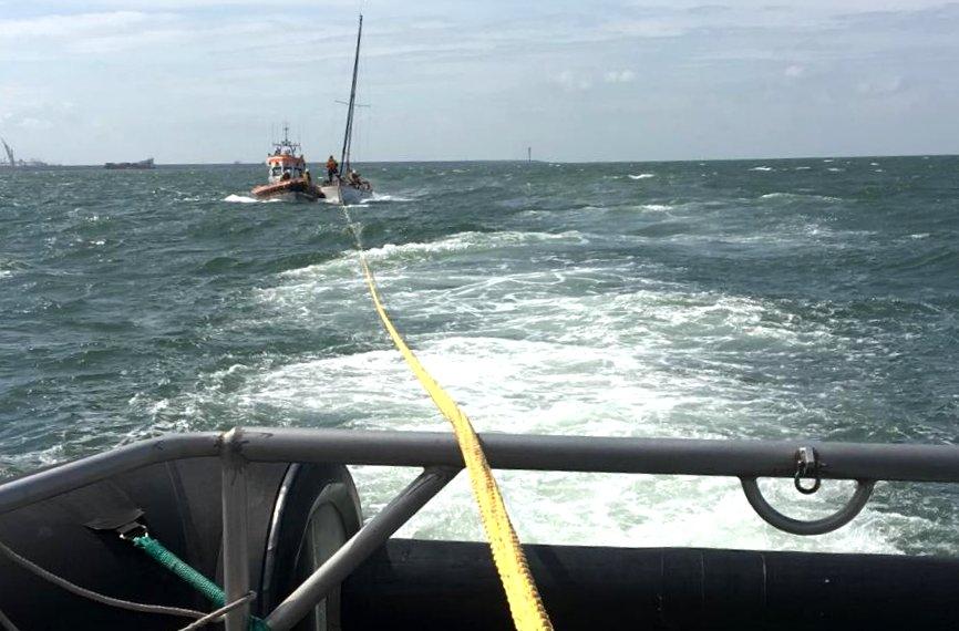 Zeiljacht maakt water voor Westlandse kust