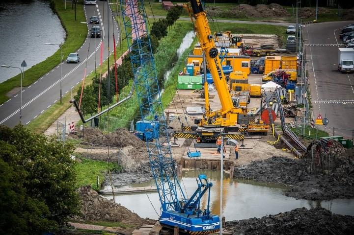 Zinkerconstructies geplaatst bij Zwaanheulsbrug