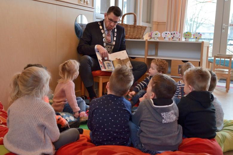 Peuters genieten van voorleesontbijt met burgemeester Arends