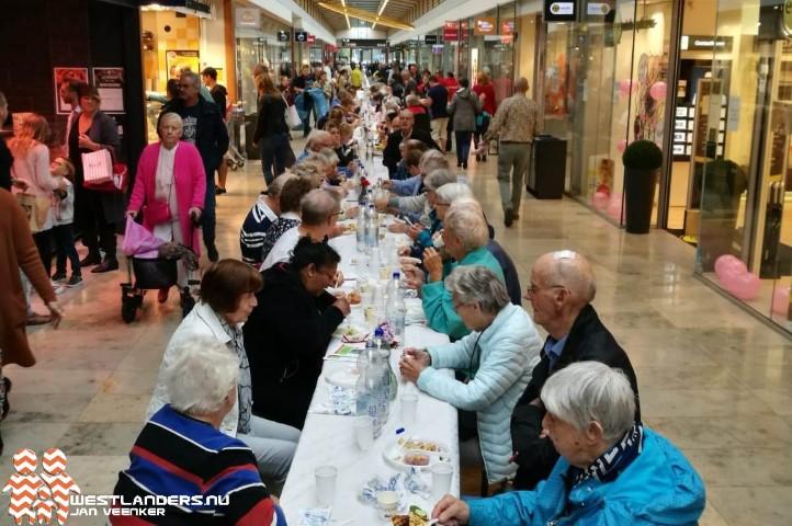 Bijna 300 deelnemers voor langste tafel Maassluis