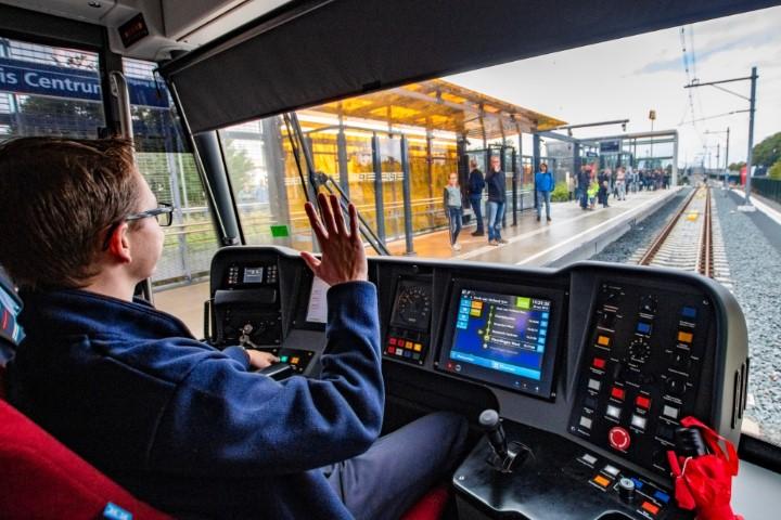 Na 2,5 jaar weer passagiers over de Hoekse Lijn