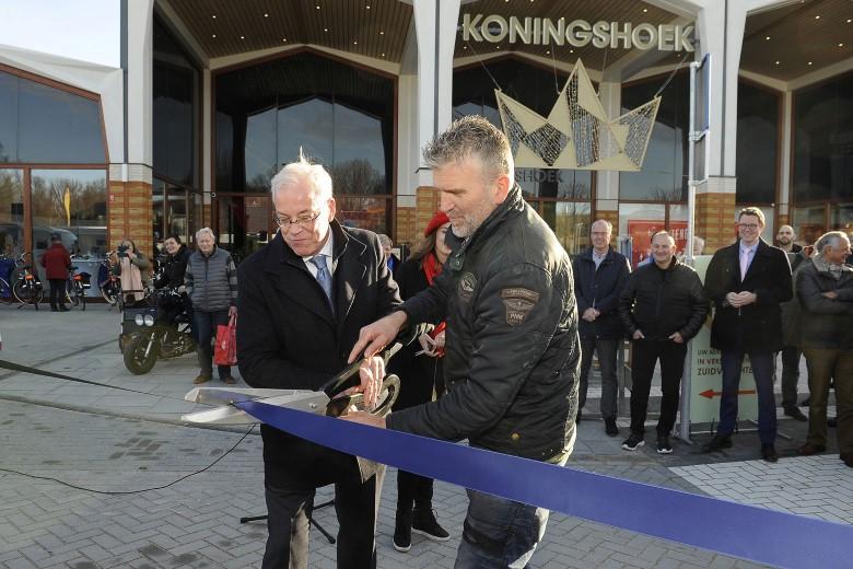 Buitenruimte Koningshoek en dinsdagmarkt feestelijk geopend