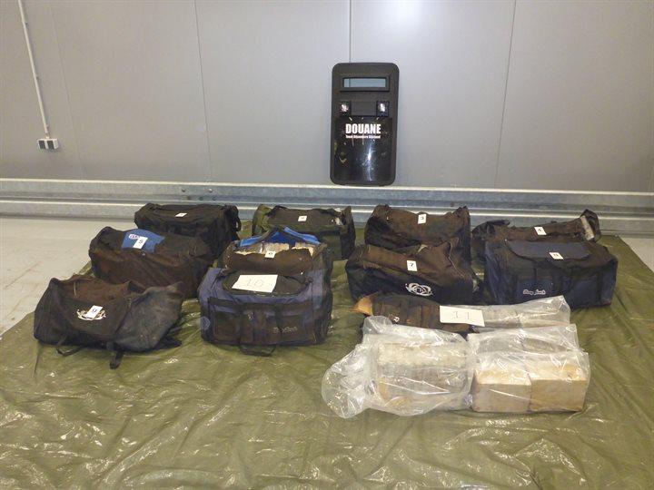 Sporttassen vol met cocaïne bij Maasvlakte