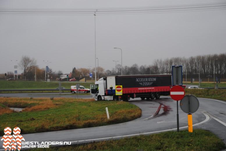 Vrachtwagen geschaard bij afrit A4