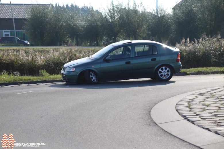 Auto botst op middengeleider Galgeweg
