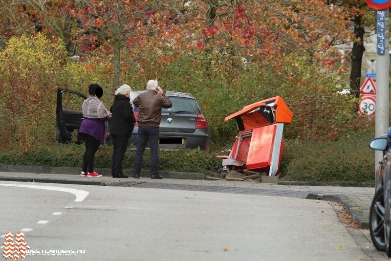 Automobiliste rijdt brievenbus omver