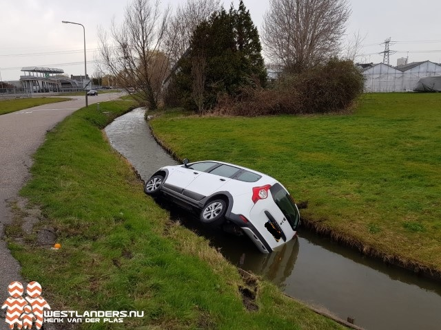 Auto te water bij Hoge Noordweg