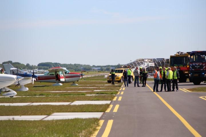 Vliegtuigje eindigt naast de landingsbaan