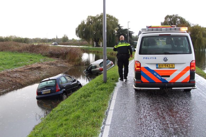 Twee auto's te water aan de Kandelaarweg