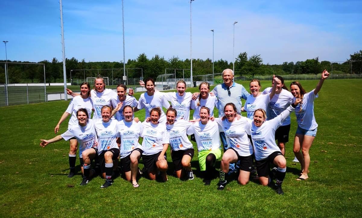 Dames Naaldwijk kampioen onder arbitrale leiding Dick Jol