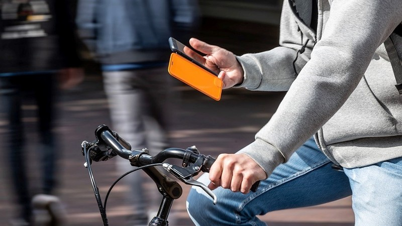 Vanaf maandag appen op de fiets verboden