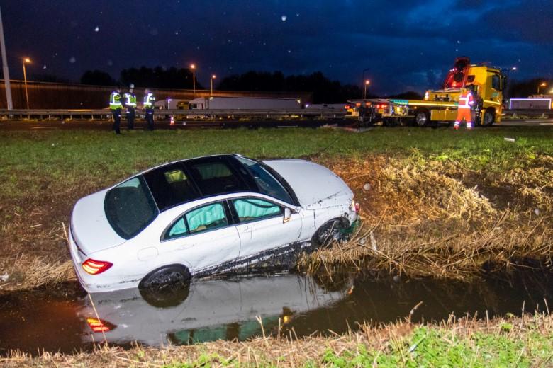 Auto bijna te water bij A20