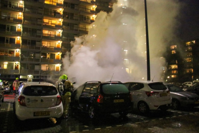 Vlaardingen - Vijf auto's beschadigd na brand