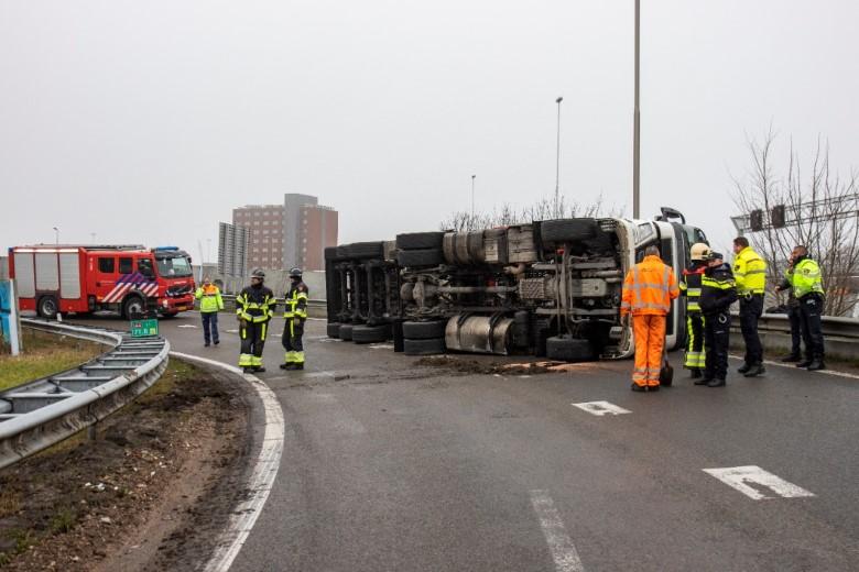 Vrachtwagen gekanteld in bocht A4