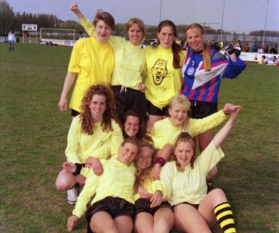 Een voetbalelftal van tien dames