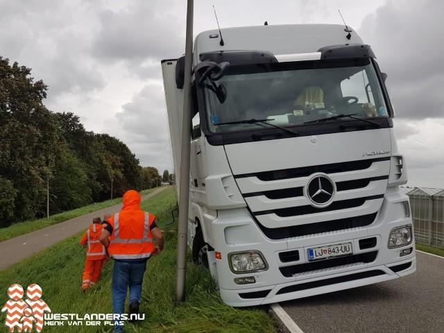 Vrachtwagen vast in de berm