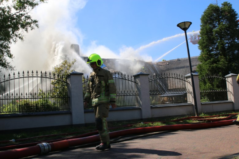 Zeer grote brand in woning met rieten kap
