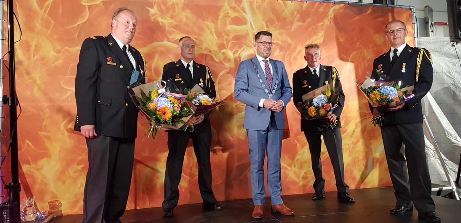 Vier brandweervrijwilligers Maasdijk koninklijk onderscheiden