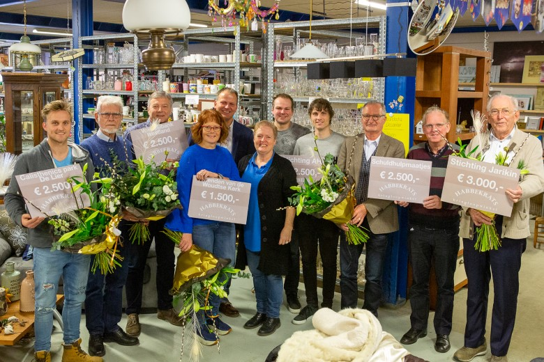 Uitreiking cheques kringloopwinkel Habbekrats
