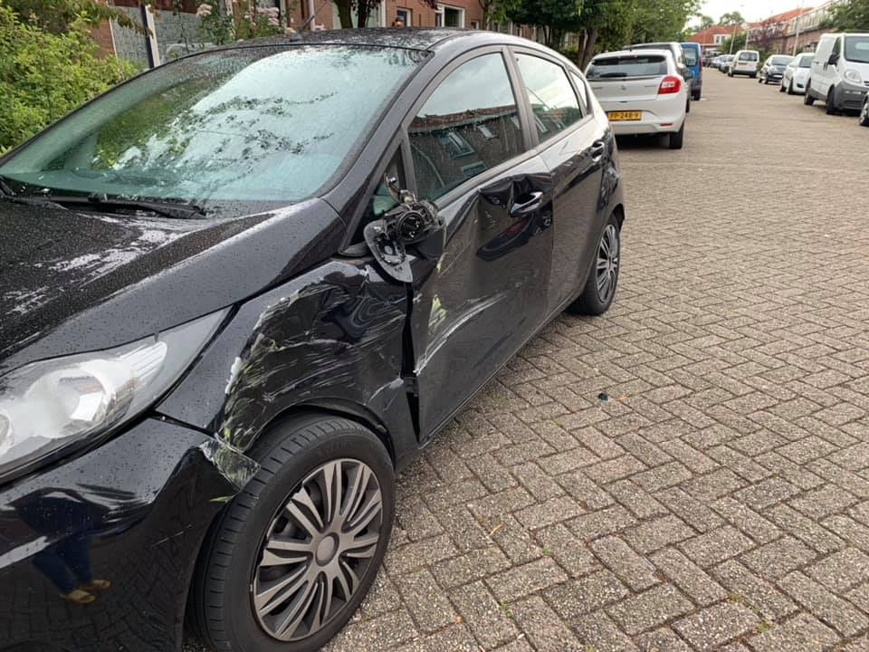 Chauffeur ramt geparkeerd voertuig en rijdt door
