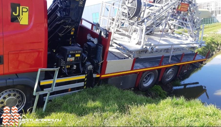 Vrachtwagen zakt weg in de berm
