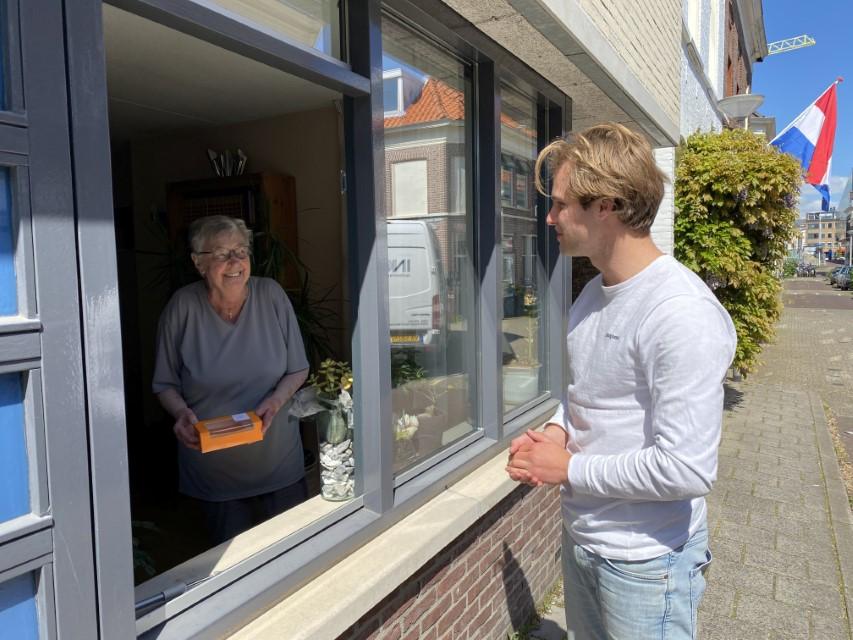 Delftse studenten verrassen 7.000 ouderen op bevrijdingsdag