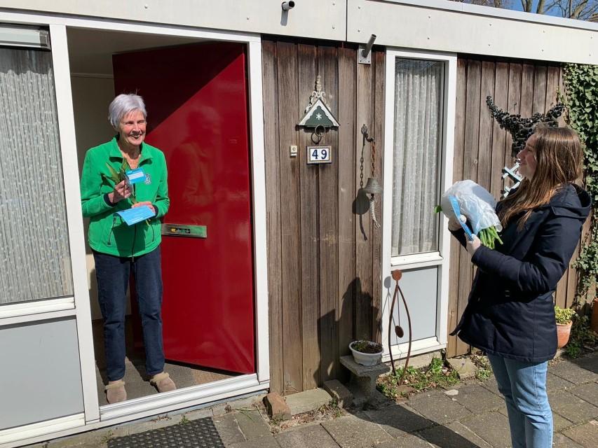 Delftse studenten verrassen ouderen met 750 vrolijke tulpen