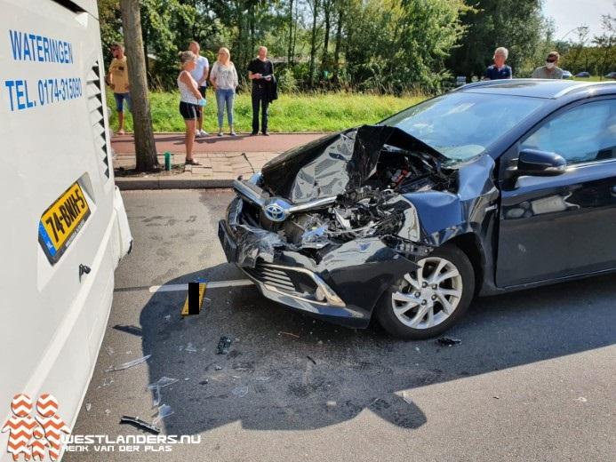 Ongeluk met touringcar op Erasmusweg loopt goed af