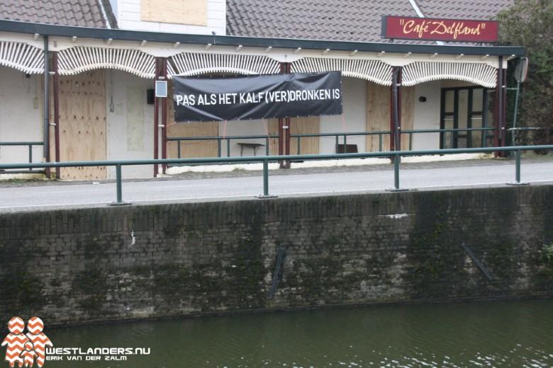 Protest tegen leegstaand café in Den Hoorn