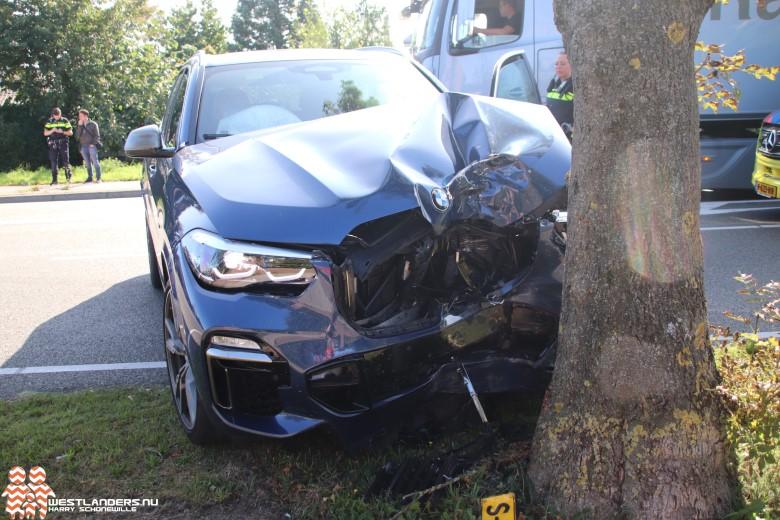 Auto klapt tegen boom op de Middel Broekweg