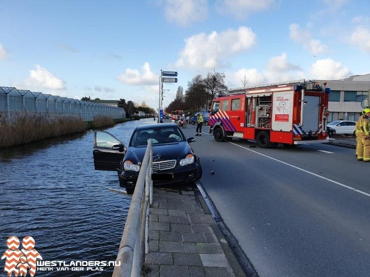Auto bijna te water na ongeluk Nieuweweg