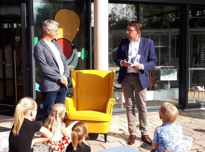 Burgemeester Arends ontvangt prentenboek over 's-Gravenzande