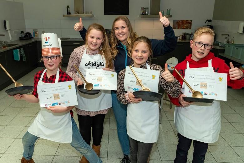 Kinderen buitenschoolse opvang maken gezonde en lekkere lunch