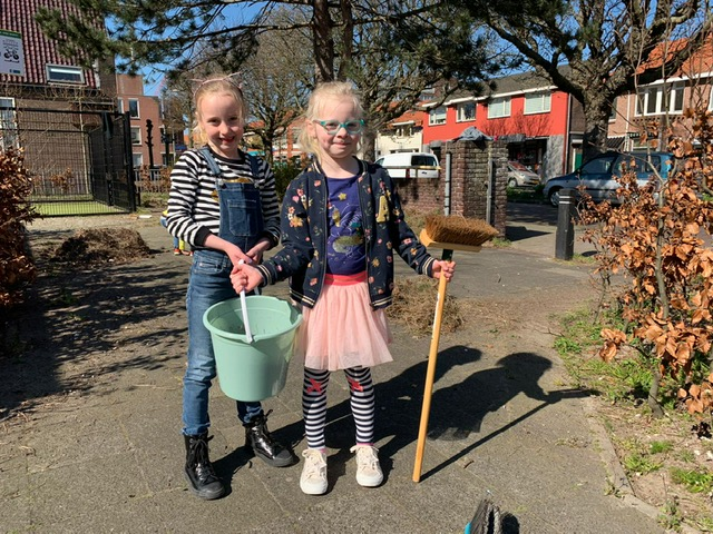 Spontane schoonmaakactie bij kinderspeeltuin