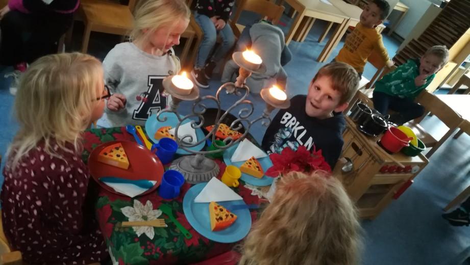 Kleuters leren kersttafel dekken op school!