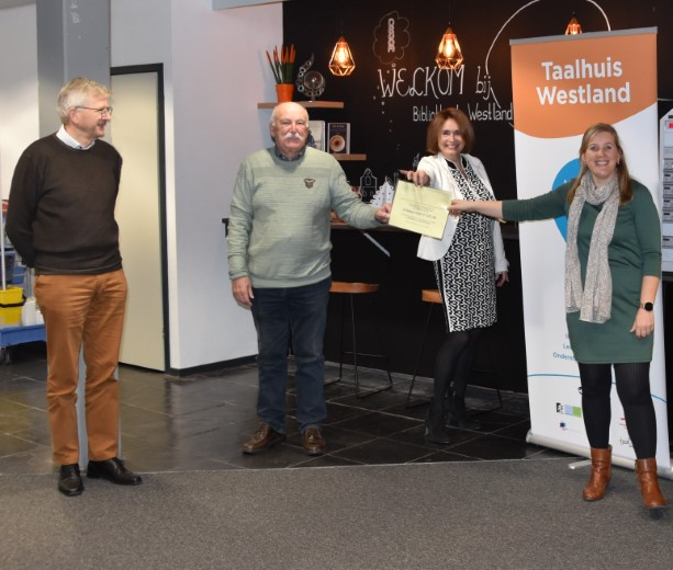 Taalhuis Westland ontvangt cheque van Rooms-Katholieke Kerk