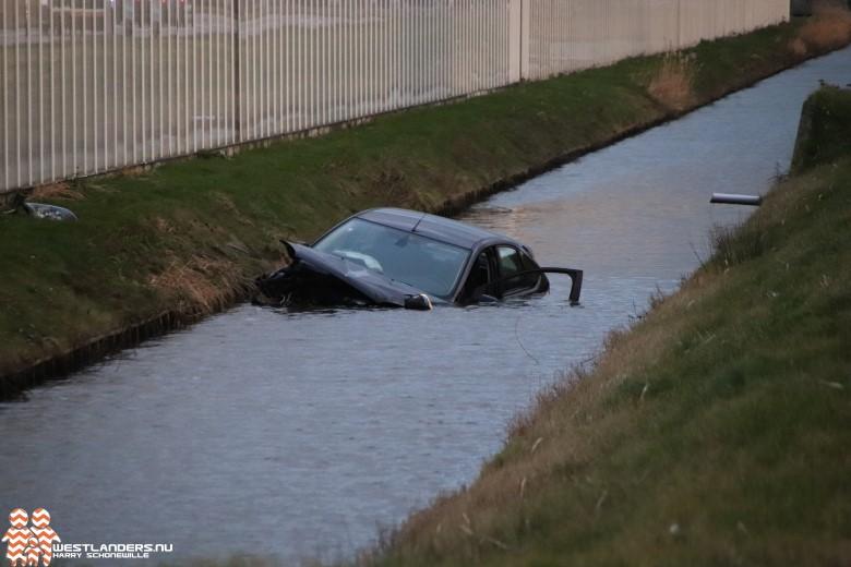 Auto te water aan de Van Luyklaan