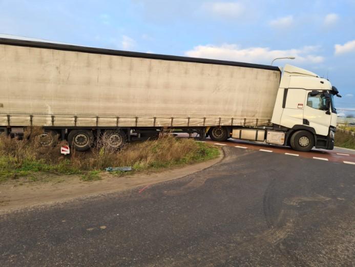 Vrachtwagenchauffeur rijdt zich klem