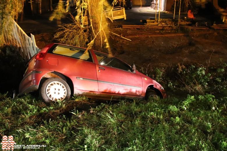 Dronken automobilist rijdt zijn auto in de sloot