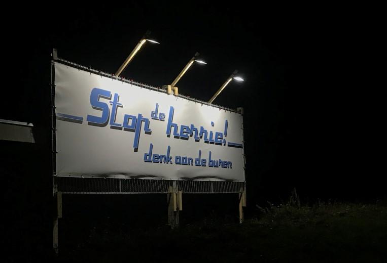 Spandoekactie tegen geluidsoverlast in Maasdijk