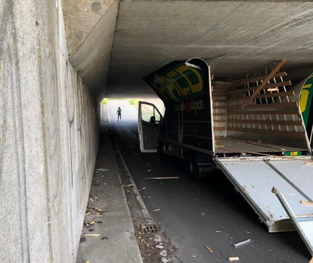 Weer bedrijfswagen gekortwiekt bij tunnel Nolweg
