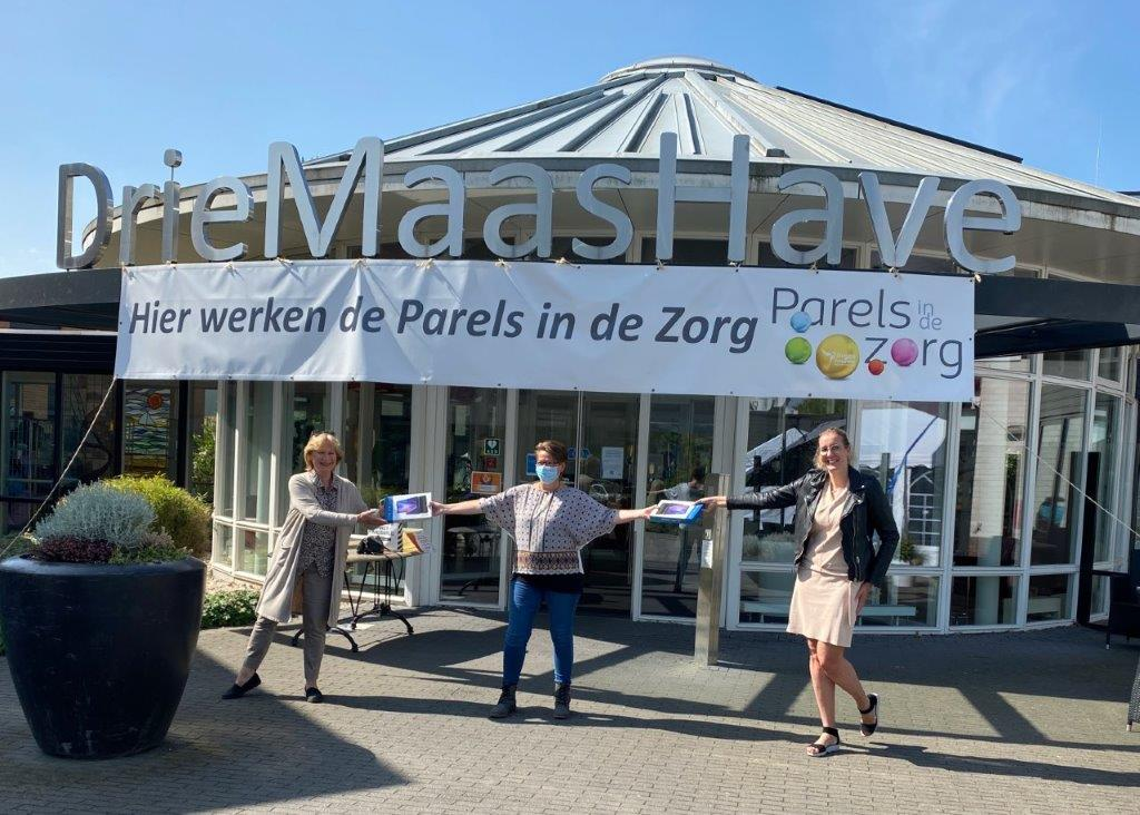 Rotaryclub Maassluis doneert digitale fotolijstjes aan verpleeghuizen