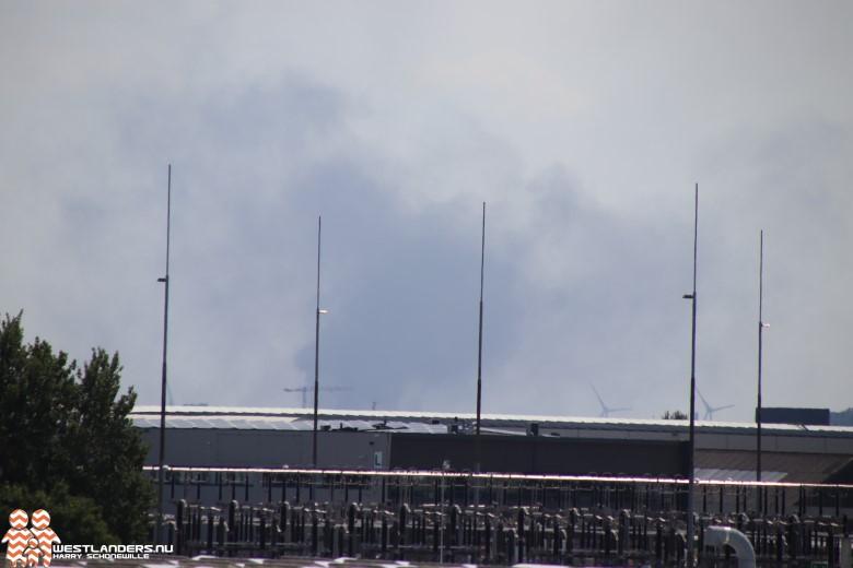 Zwarte rookwolken in het Botlekgebied